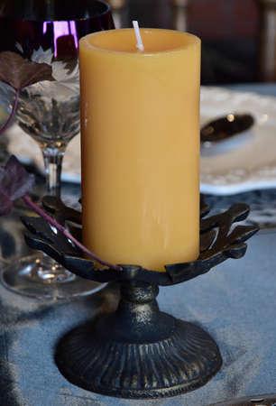 테이블에 두꺼운 양초