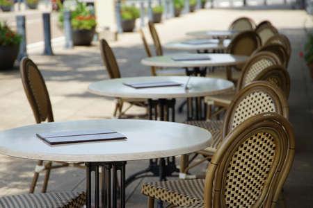 公園の休憩所のテーブルと椅子の光景