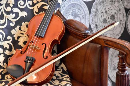 部屋のソファにヴァイオリンの光景