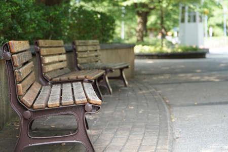 公園のベンチの光景
