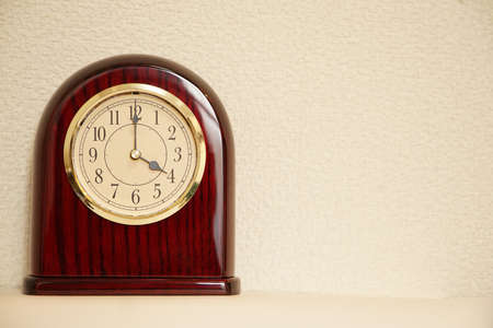 The clock that room time displays 4 o  clock