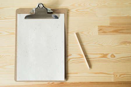 blank sheet: hoja en blanco sobre fondo de madera