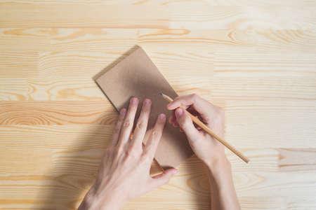 hoja en blanco: hoja en blanco sobre fondo de madera