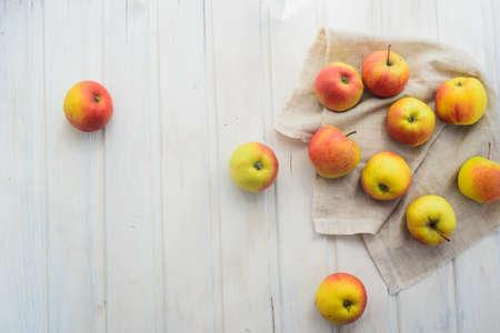 apples on a white rag on the gray wooden background Standard-Bild