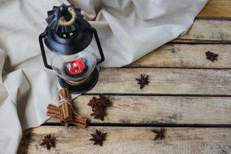 estrella de la vida: concepto confort de otoño, la naturaleza muerta de candelabro, la canela y el anís estrellado