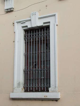 colonial building: Edificio colonial ventana, en la Calle Medio, Matanzas, Cuba