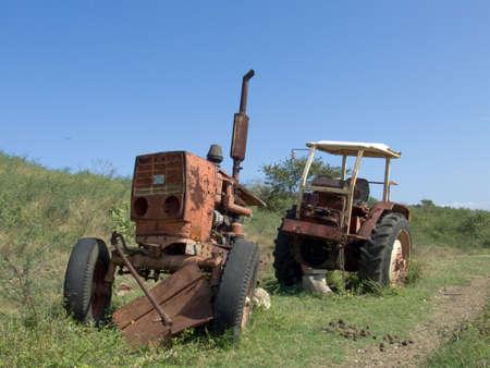 Antiguo tractor oxidado ruso, en una granja de Cuba Foto de archivo - 2458433