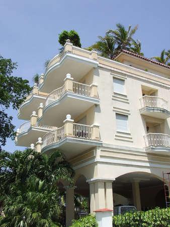 baranda para balcon: Moderno edificio de color amarillo en 5th Ave en Miramar, Cuba