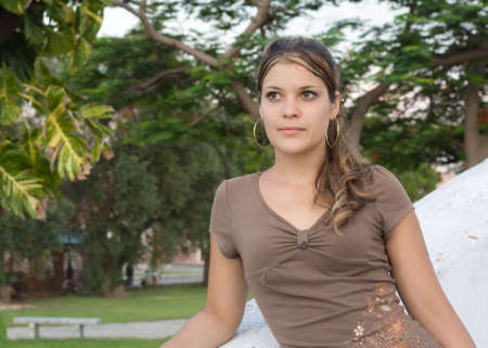 angelical: Girl looking to her side, in a park background