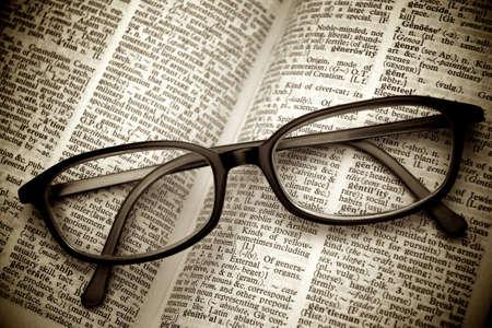 diccionarios: Libro y gafas. Estilo vintage