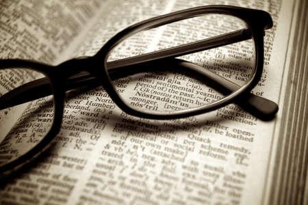 Nahaufnahme von alten W�rterbuch und schwarze Gl�ser