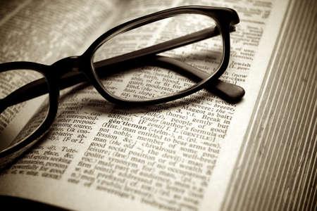 Gros plan sur les vieux dictionnaire et lunettes noires