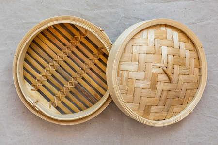 Bamboe steamer set, Chinees keukengerei op grijs papier. Stockfoto