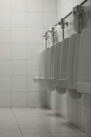 defecate: Gli uomini bagno con i Sanitari.
