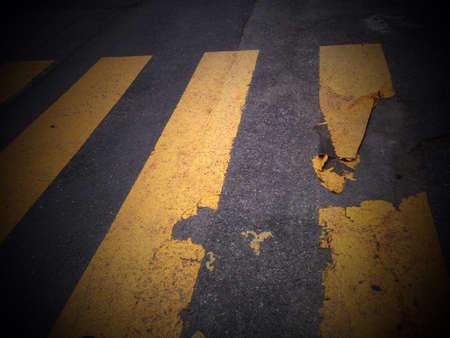 paso peatonal: Un paso de peatones con pintura descascarada