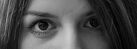 ojos negros: Bellos ojos de una mujer de cerca en blanco y negro