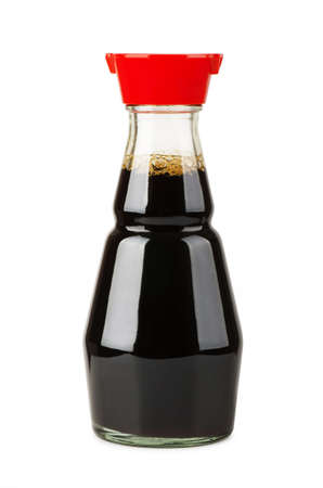 白い背景で隔離の醤油ボトル