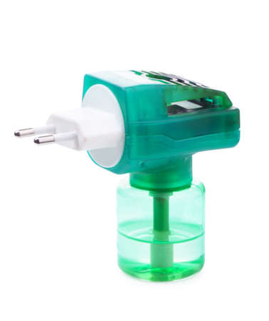 fumigador: Verde fumigador anti-mosquitos aislados en fondo blanco