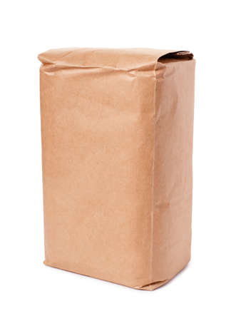 白い背景に分離された空白の茶色のクラフト ペーパー バッグ