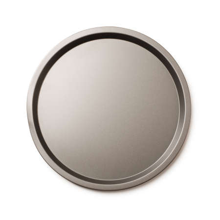 Molde para hornear vacío redondo o bandeja de metal redonda aislado sobre un fondo blanco.