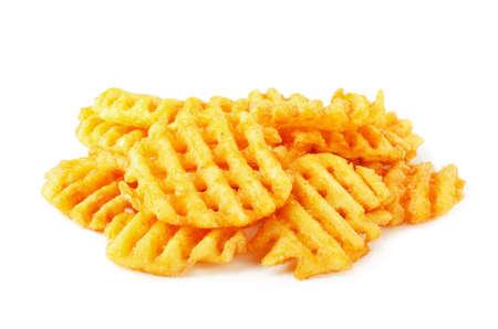 Patatine fritte croccanti di cialde di patate, ondulate, tagliate a pieghe, grida incrociate isolate su sfondo bianco Archivio Fotografico