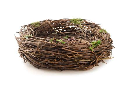 Studio shot di un nido di uccello vuoto isolato su sfondo bianco