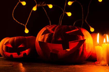 Dynie Halloween ze świeczkami na ciemnym tle Zdjęcie Seryjne