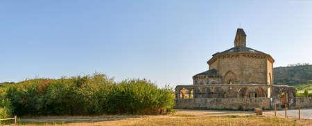 octagonal: Santa María de Eunate es una antigua iglesia templaria octogonal en el Camino de Santiago Foto de archivo