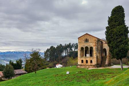 Santa María del Naranco. Pre-romanesque palace and chuch in Asturias. Sapin Banque d'images - 98903884
