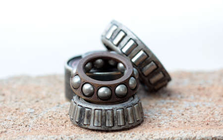 metalschrott: Old and rusty ball bearing, isolated on white background