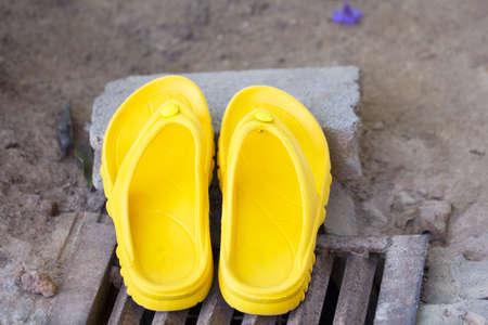 sandalia: La sandalia amarillo Foto de archivo