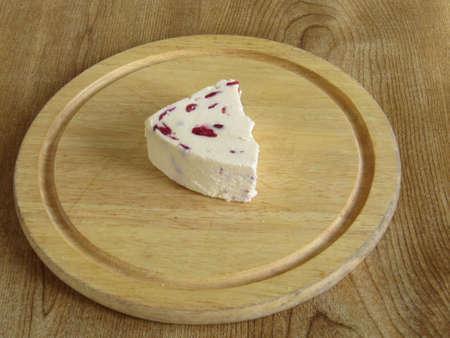 wensleydale: Wensleydale queso con ar�ndanos en un tablero de