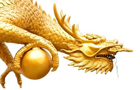 El dragón dorado con el mundo y el golpe Foto de archivo - 9126927