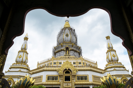 chai: Phra Maha Chedi Chai Mongko.
