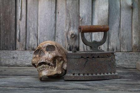 poele bois: Cr�ne humain sur le sol avec vieux po�le � bois vieux, Still Life