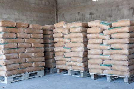 cemento: bolsas de cemento en una fila