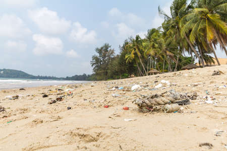 dumping: dirty beaches.Caused by the dumping of undisciplined.