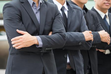 ビジネスマンの腕を交差のクローズ アップ。 胸部に彼らの腕を折りたたみ、