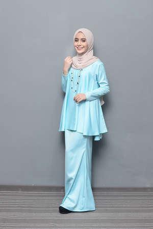 HijabFashion.Beau modèle féminin portant le hijab. Banque d'images