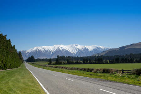 Scenic inland route New Zealand with snowcap mountain in background. 版權商用圖片