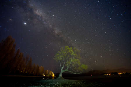 Amazing view of milky way at the Wanaka Lake shore.Image contain NOISE due to low light and high ISO shot.Image soft focus due to slow shutter shot. 免版税图像