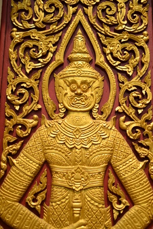 Laithai carved on the door atThai temple .