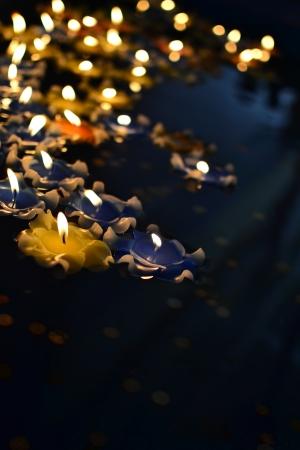 luz de las velas sobre el agua en el templo chino foto de archivo