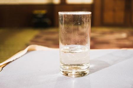 vaso de precipitado: Cerca de superficial de vidrio de agua con fondo moderno de la habitación