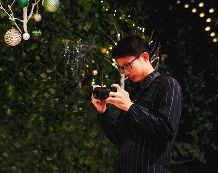 Young photographer take pictures on Christmas day Imagens