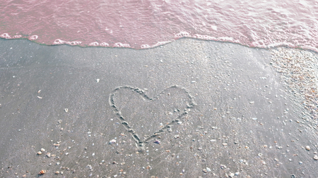 Heart shape on the beach and wave Imagens - 123866088