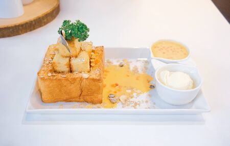 Delicious honey toast with salted egg sauce and ice-cream Imagens - 127788339