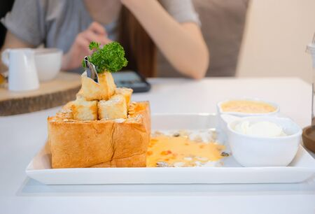 Delicious honey toast with topping and sauce. Dessert meal of gourmet Imagens - 127788341