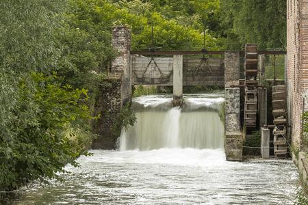 watermill: molino de agua en el campo