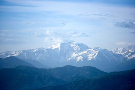 Picos nevados del Cáucaso Norte al amanecer. Foto de archivo